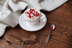 Heiße Kaffeetasse auf einem Holztisch Stockbild