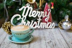 Heiße Kaffeetasse auf Weinlesetabellen/Christmas-Feiertagshintergrund lizenzfreie stockbilder