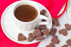 Heiße Kakao- und Plätzchenherzen Selektiver Fokus Stockfotos
