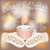Heiße Kakaoschale und -hände mit Handschuhen auf unscharfem Hintergrund mit Schneeflocken stockfotografie