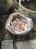 Heiße Kohle im Ofen stockbild