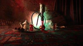 Heiße Kohlen der Huka auf shisha Schüssel, die Dampfwolken am arabischen Innenraum macht Orientalische Verzierung auf der Teppich stock video footage
