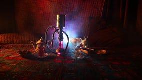 Heiße Kohlen der Huka auf shisha Schüssel, die Dampfwolken am arabischen Innenraum macht Orientalische Verzierung auf der Teppich stock video