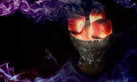 Heiße Kohlen der Huka für rauchendes shisha und Freizeit im Ostmusterhintergrund stockfotos