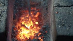 Heiße Kohlen in einem Schmiedeofen in einer beweglichen ländlichen Schmiede stock video