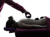 Heiße lastones Massagetherapie stockbild