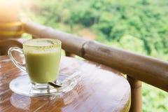 Heiße Milch des grünen Tees im Glasbecher Stockfoto