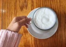 Heiße Milch an einem kalten Tag stockbild
