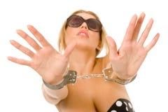 Heiße natürliche Blondine mit Handschellen Stockfotografie
