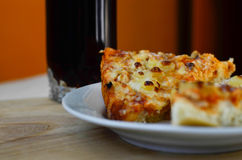 Heiße Pizza und Schale Kolabaum Lizenzfreie Stockfotos