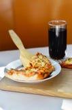 Heiße Pizza und Schale Kolabaum Lizenzfreies Stockfoto