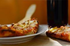 Heiße Pizza und Schale Kolabaum Stockbild