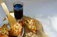 Heiße Pizza und Schale Kolabaum Stockfoto