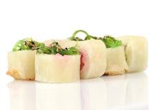Heiße Rollen der Sushi mit Garnele, Käse, Thunfisch, wakame Meerespflanze auf whi Stockfotografie