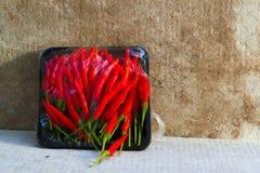 Heiße rote Paprika- oder Paprikapfeffer glühend auf Bodenhintergrund Stockfotografie