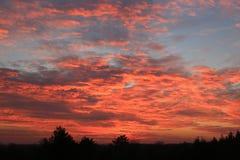 Heiße rote Sonnenuntergangszene lizenzfreie stockbilder