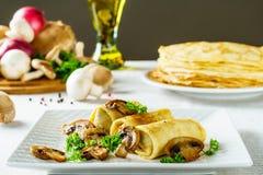 Heiße russische Pfannkuchen oder Blini mit Pilzen Lizenzfreies Stockfoto