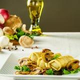 Heiße russische Pfannkuchen oder Blini mit Pilzen Stockfoto