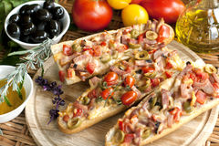 Heiße Sandwiche mit Käse, Fleisch und Gemüse Stockbilder
