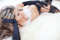 Heiße schöne Frau, die sexy schwarze Handschuhe trägt Lizenzfreies Stockfoto
