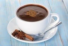Heiße Schokolade auf hölzernem Stockfoto
