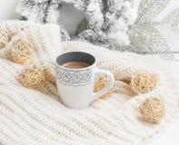 Heiße Schokolade auf woolen Strickjacke des Winters mit Weihnachtsdekoration lizenzfreie stockbilder