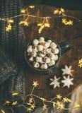 Heiße Schokolade des Weihnachtswinters diente mit heller Girlande, Draufsicht stockfoto