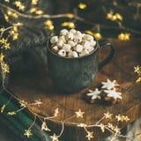 Heiße Schokolade des Weihnachtswinters mit Eibischen im Becher, quadratische Ernte stockfoto