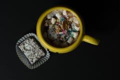 Heiße Schokolade in einem Becher mit besprüht und Eibische stockfotografie