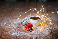 Heiße Schokolade in einem weißen keramischen Schale Weihnachten Stockfoto