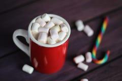 Heiße Schokolade mit Eibischen auf Holzoberfläche Lizenzfreies Stockfoto