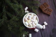 Heiße Schokolade mit Eibischen auf Holzoberfläche Lizenzfreies Stockbild