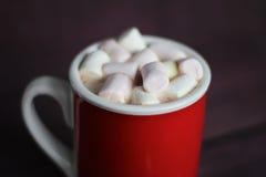 Heiße Schokolade mit Eibischen auf Holzoberfläche Lizenzfreie Stockfotografie