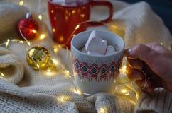 Heiße Schokolade mit Eibischen und Weihnachtsdekoration stockbild