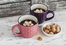 Heiße Schokolade mit Eibischen, Zimt und Mandelgebäck auf einem hölzernen rustikalen Hintergrund Lizenzfreie Stockfotos