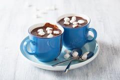 Heiße Schokolade mit kleinen Eibischen lizenzfreie stockfotos