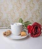 Heiße Schokolade mit langstieliger Rotrose lizenzfreies stockbild