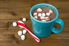 Heiße Schokolade mit Pfefferminzlöffel Stockfotos