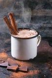 Heiße Schokolade mit Zimt stockfoto