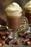 Heiße Schokolade mit Zimt und Haselnüssen lizenzfreie stockbilder