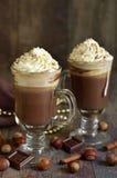 Heiße Schokolade mit Zimt und huzelnuts lizenzfreie stockbilder