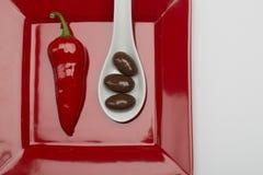 Heiße Schokolade - Pfeffer und Schokolade bedeckten Mandeln Stockfotos