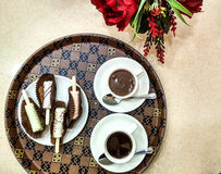 Heiße Schokolade und Auflauf stockfoto