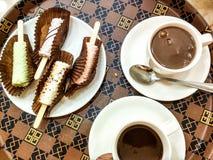 Heiße Schokolade und Auflauf lizenzfreie stockfotografie