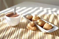 Heiße Schokolade und Biskuite stockbild