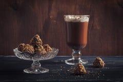 Heiße Schokolade und Bonbons von Trüffeln mit Waffel zerkrümelt auf einem Holztisch Selektiver Fokus lizenzfreie stockfotos