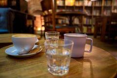 Heiße Schokolade und Kaffeetassen stockfoto