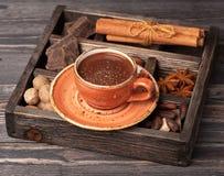 Heiße Schokolade und Weinleseholzkiste mit Gewürzen lizenzfreies stockfoto