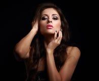Heiße sexy Frau in der Dunkelheit, die ihr Make-up berührt stockbild