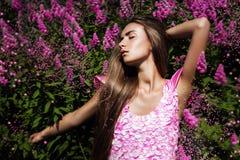 Heiße sexy Frau im rosa Kleid mit Blumen Lizenzfreies Stockbild